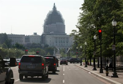 President Barack Obama's motorcade heads toward Capitol Hill in Washington, Friday, June 12, 2015, for a meeting with House Democrats. The president made an 11th-hour appeal to dubious Democrats on Friday in a tense run-up to a House showdown on legislation to strengthen his hand in global trade talks (AP Photo/Carolyn Kaster)