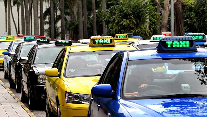 changi airport taxi sedang menunggu penumpang, singapura
