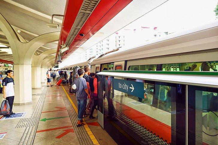 penumpang antri masuk MRT-Singapore