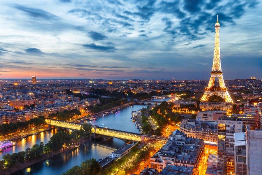 pemandangan kota paris, perancis dengan latar belakang menara eiffel