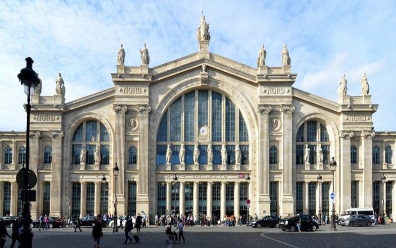 bagian depan gare du nord station, paris, perancis