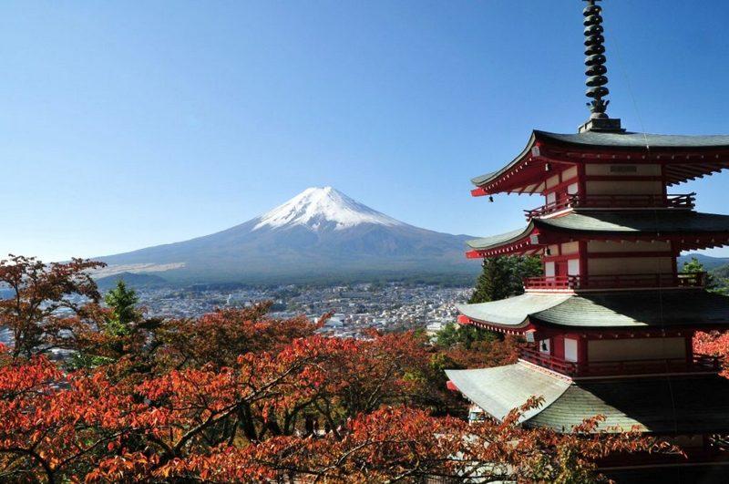 pemandangan gunung fuji di kejauhan