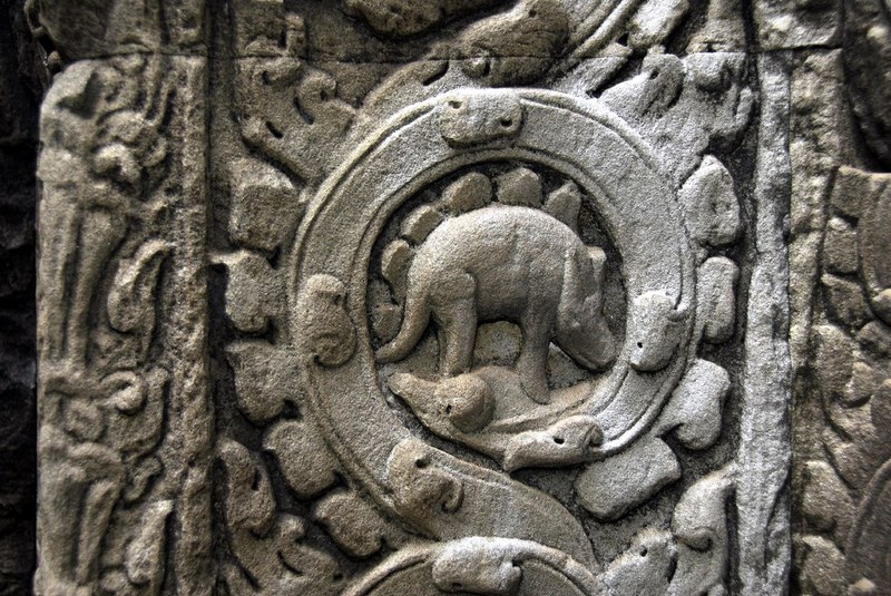 Relief dinosaurus di Kuil Ta Prohm, Kamboja