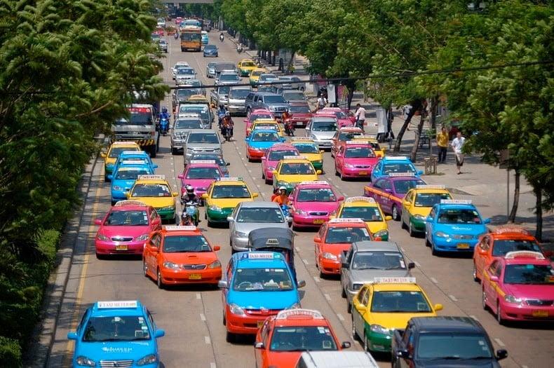 taxi di jalanan kota bangkok, thailand