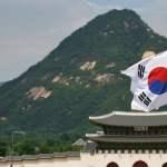 bendera korea selatan dengan latar belakang bukit hijau