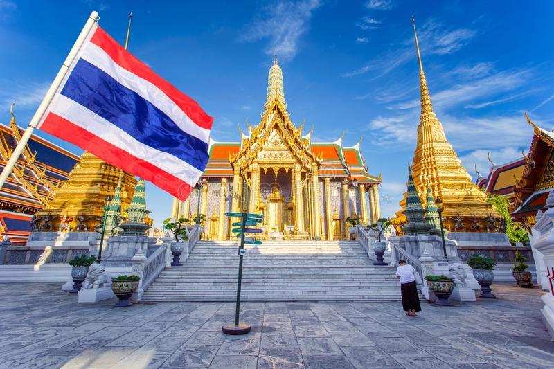 bendera thailand dengan latar belakang kuil budha