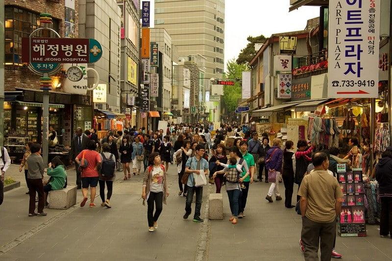 suasana jalan dipenuhi pengunjung di insadong, korea selatan