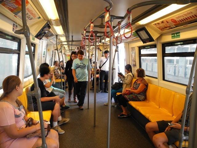 Suasana di dalam gerbong BTS skytrain