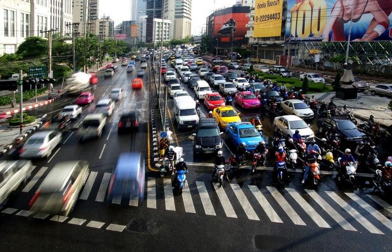 lalu lintas di jalanan bangkok, thailand