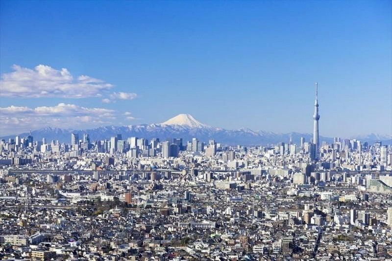 pemandangan kota metropolitan tokyo, jepang, dengan latar belakang gunung fuji