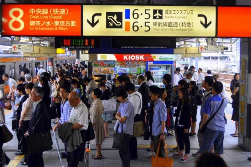 antrian penumpang di stasiun shinjuku, jepang