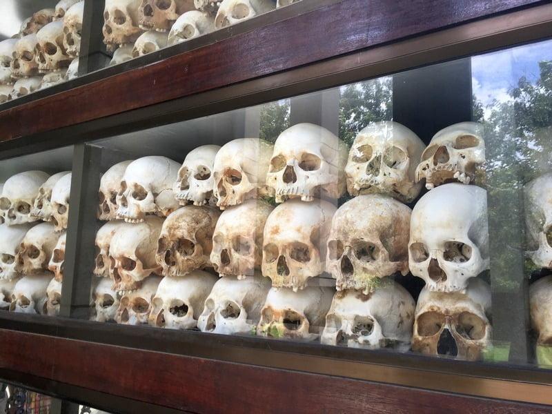 tengkorak korban pembantaian khmer merah di tuol sleng, kamboja