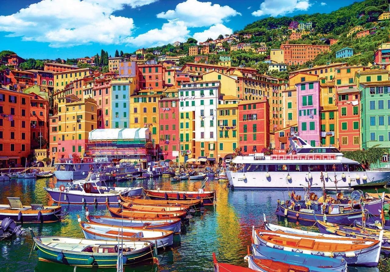 suasana kota tepi pantai dengan perahu kecil warna-warni di genoa, italia