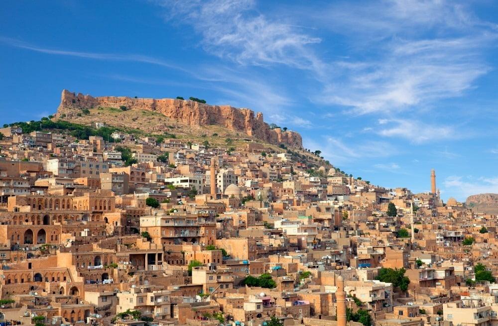 rumah di yang memenuhi punggung bukit di kota mardin, turki