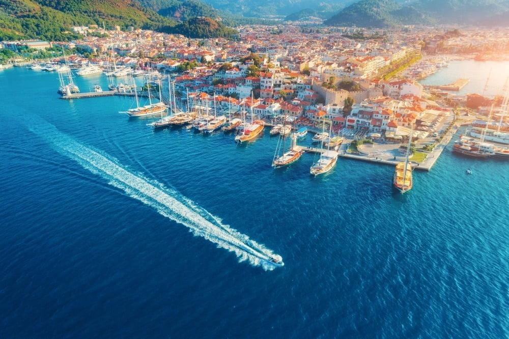 pemandangan tepi laut dan dermaga di kota marmaris, turki
