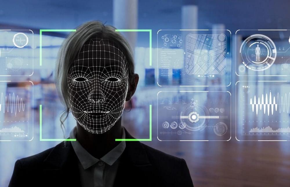 perempuan dipindai wajahnya untuk pengambilan data biometrik
