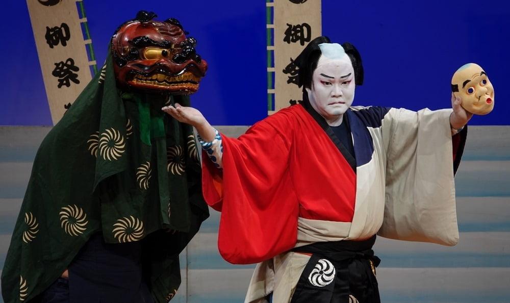 pemain kabuki jepang sedang beraksi di atas panggung