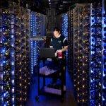 operator server sedang melakukan pemeliharaan