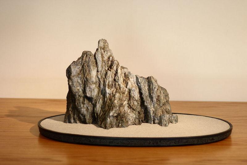 Batu Suiseki di atas tatakan perunggu (doban) diisi dengan pasir