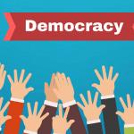 tangan terangkat tanda partisipasi rakyat dalam demokrasi
