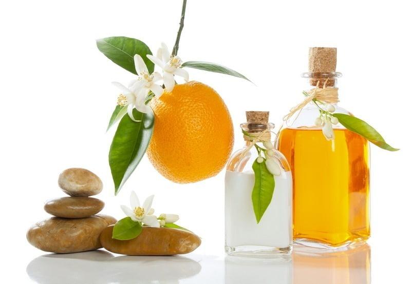 dua botol petitgrain essential oil (minyak petitgrain)