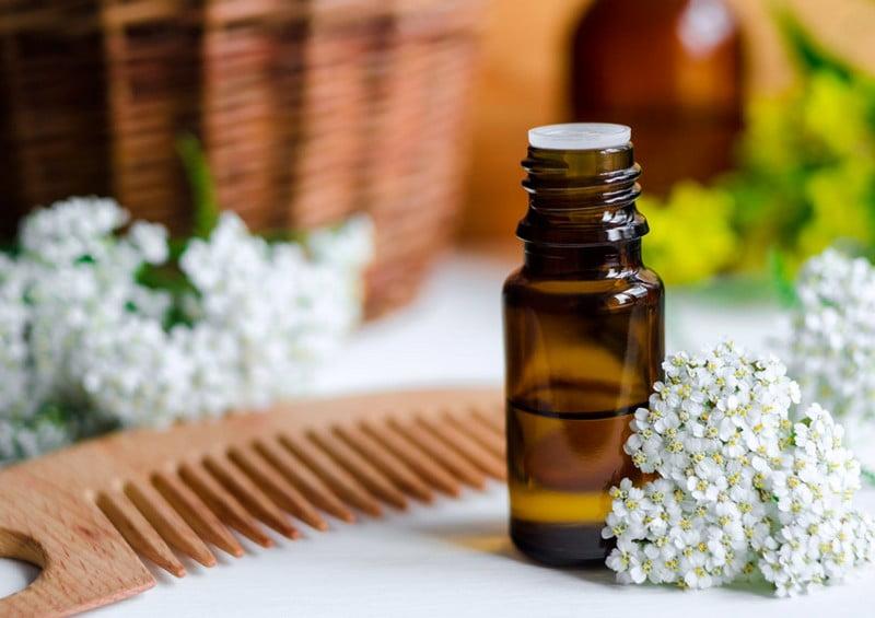 sisir dan sebotol essential oil