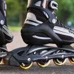 bermain inline skate di taman