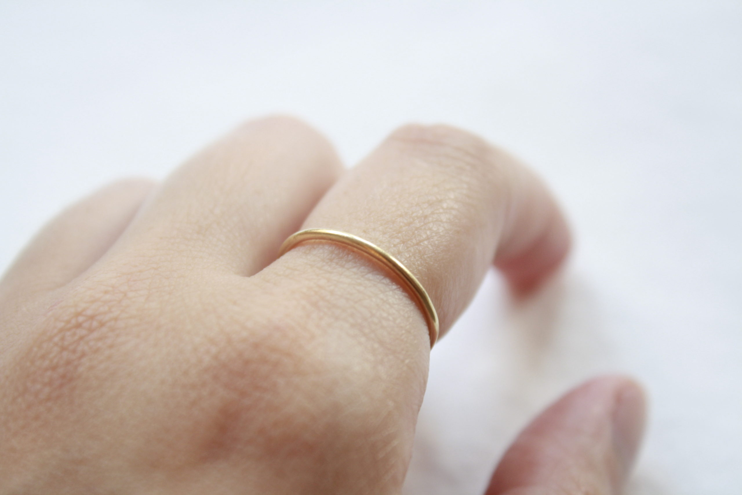 Anillo simple y elegante fino de oro 18k