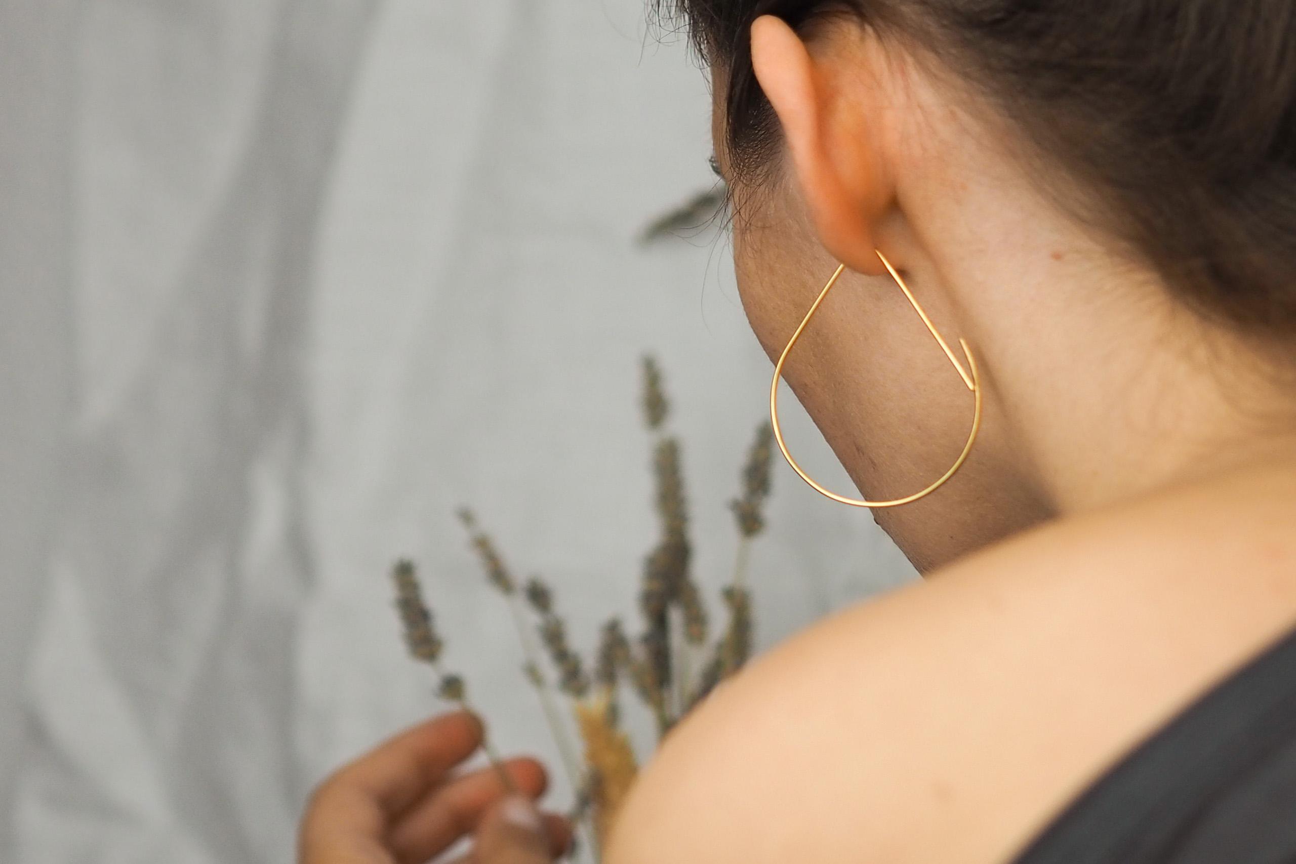 Foto de espalda con pendientes dorados