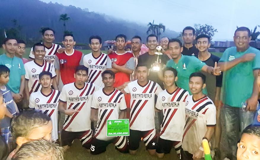 Pemain Bintang Remaja foto bersama usai penerimaan piala juara I turnamen sepakbola HUT ke-51 Bintang Remaja, di Lapangan Bintang Remaja Blang Dhod, Tangse, Pidie, Minggu (5/11/2017).