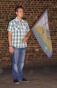 Philip Kuhl beim Fahnenschwenken mit der neuen Fahne des Fischenicher Junggesellenvereins