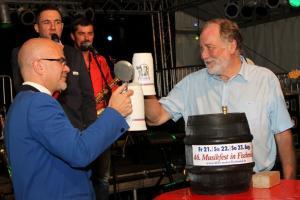 Zum letzten Mal Bürgermeister Walter Boecker beim Faßanstich mit Michael Mehl