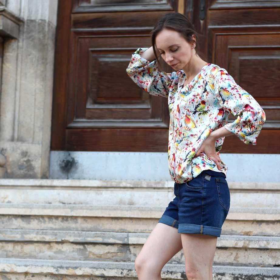 Outfit Shorts und Seidenbluse