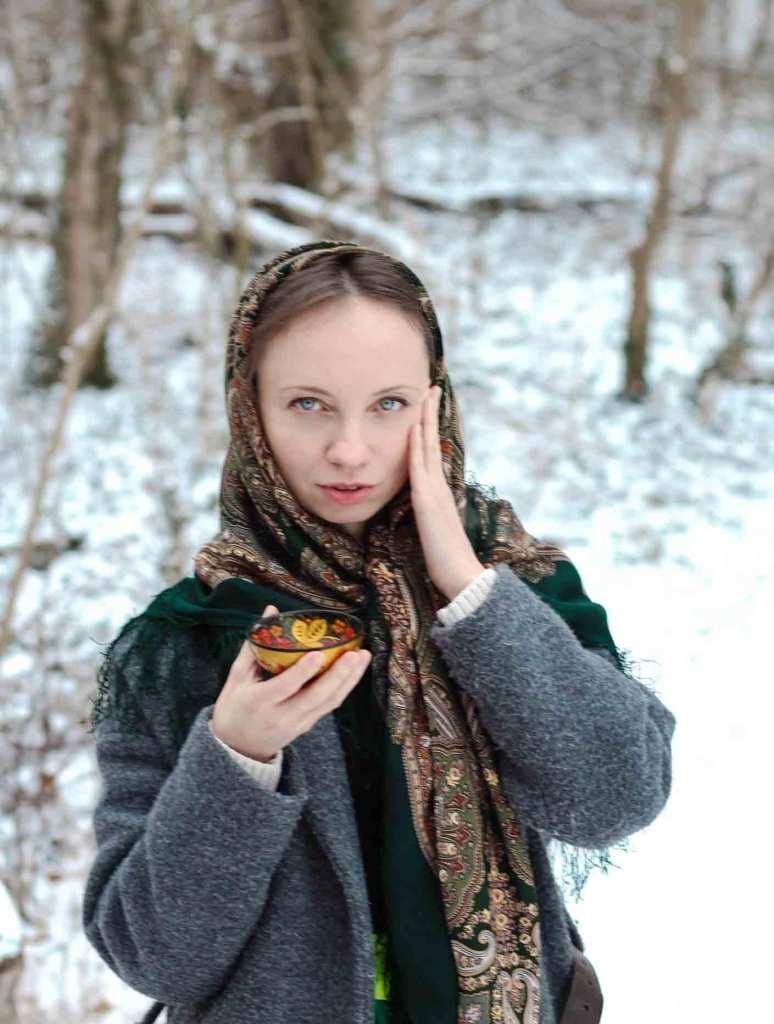 Outfit: warmer Wollmantel und großes russisches Tuch aus Wolle