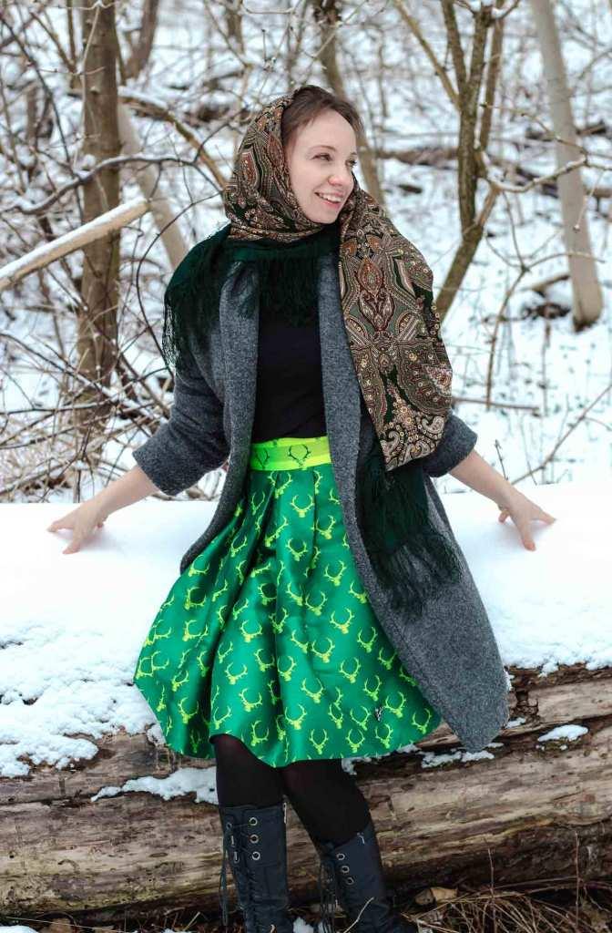 Outfit: Mantel und Rock aus leuchtendem Trachtenstoff, beides selbst genäht. Dazu trage ich ein großes russisches Tuch