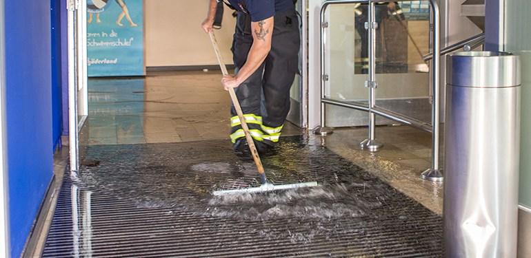 Hallenbad läuft über! - Einsatz für die Feuerwehr