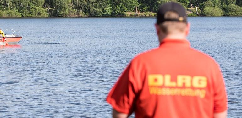 Polizeitaucher finden Leiche im See am Maschener Moor