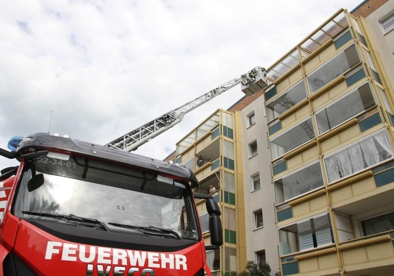 Sturmschaden in Groß-Klein: zersprungene Balkonverglasung droht auf Hauseingang zu stürzen!