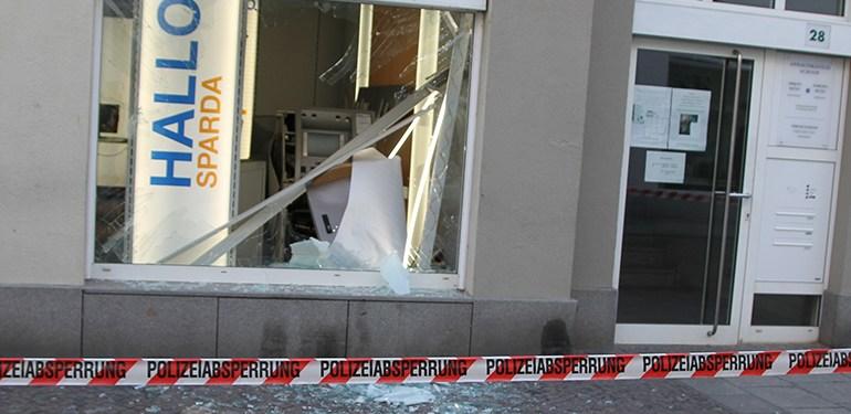 Geldautomat in Bankfiliale in die Luft gesprengt
