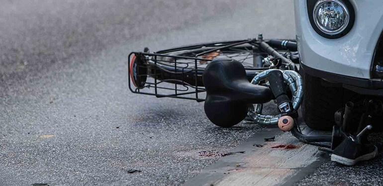Fahrradfahrerin nach Unfall unter PKW eingeklemmt - Rentner überfährt Fahrradfahrerin