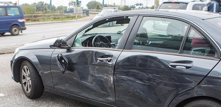 Autofahrer leicht verletzt - Stau auf der Finkenwerder Straße