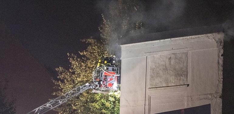 Feuer in einem verlassenen Gebäude