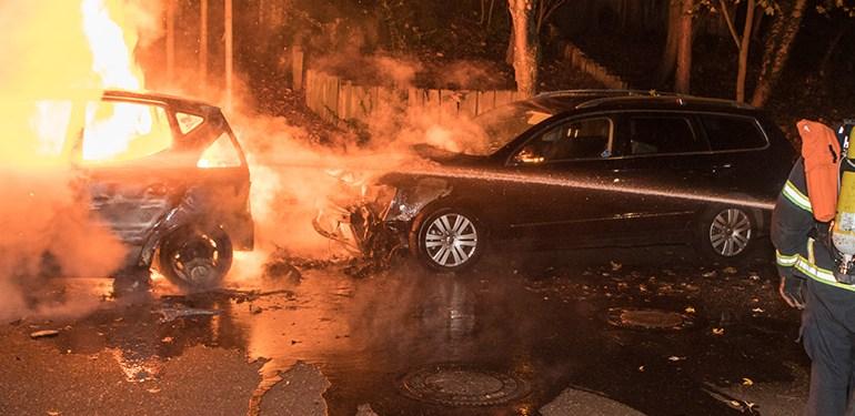 PKW in Vollbrand! - zwei weitere durch Flammen und Hitze beschädigt
