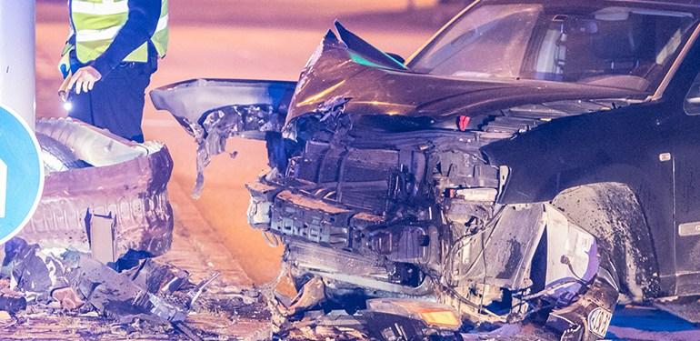 Schwerer Verkehrsunfall auf dem Veddler Damm - SUV reißt sich beide Vorderräder raus!