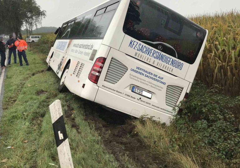 Reisebus kommt ohne Fahrgäste von der Fahrbahn ab und kollidiert mit Chausseebaum