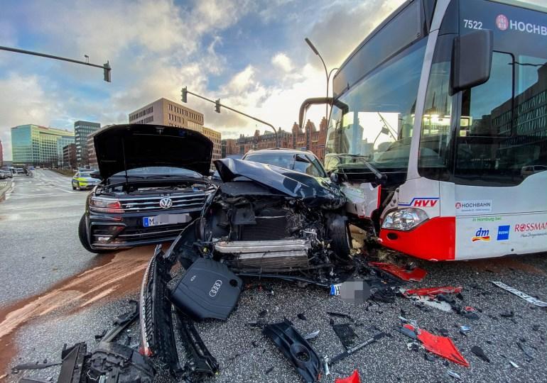 Schwerer Verkehrsunfall: Linienbus stößt beim Abbiegen mit 2 PKW zusammen - 3 verletzte Personen