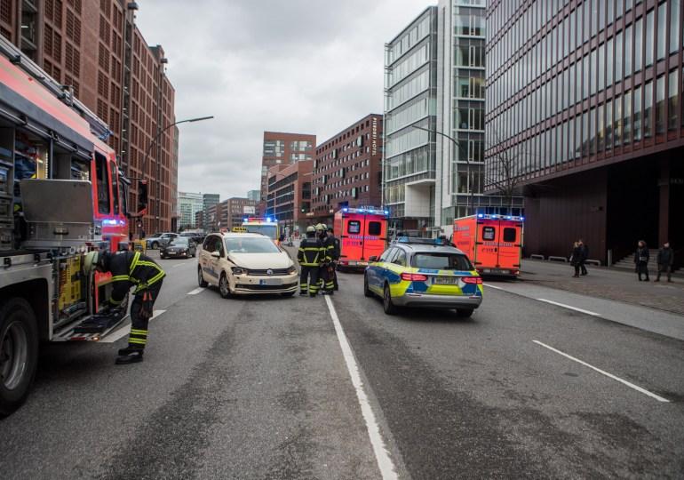 Illegales Wenden in der Hafencity sorgt für Sperrung - Auto ruft automatisch den Notruf