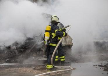 Riesen Rauchsäule über Hamburg! - mehreren Wohnwagen brennen auf einem Campingplatz - Großeinsatz