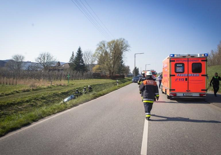 Auto kommt von Fahrbahn ab und rutscht in Graben - Feuerwehrfrau darf nicht helfen!