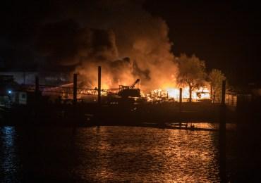 Großfeuer vernichtet mehrere Wohnwägen und Boote - Einsatzkräfte im Großeinsatz